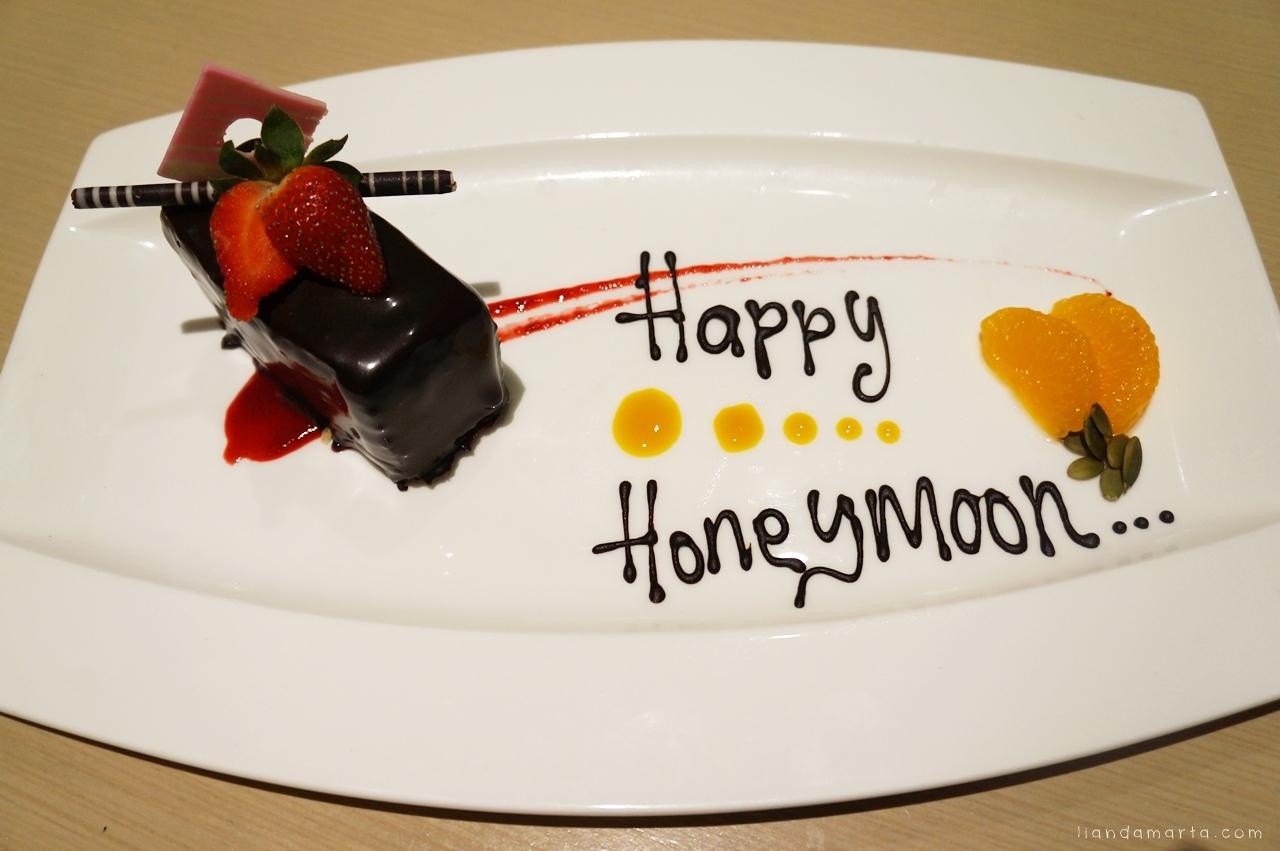 Hotel Di Honeymoon Untuk Bandung Dengan Happy Jadinya Dikasih Cake Ucapan Chocolate