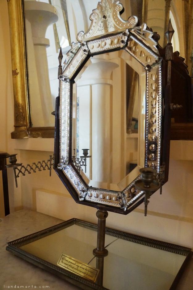 Cermin permaisuri yang terbuat dari kristal