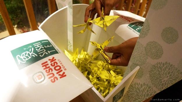 Origami Bangau yang sudah dibuat dimasukkan ke dalam mini crane yang tersedia di semua outlet Sushi Tei di Indonesia