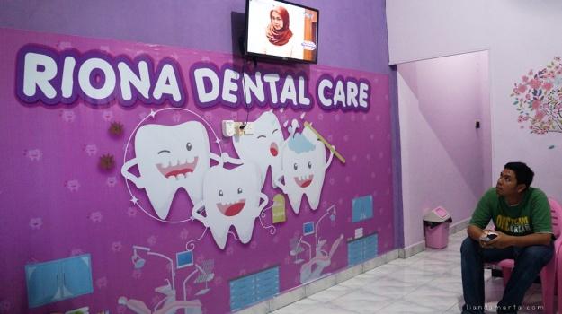 Gigi jadi penunjang penampilan tidak cuma perempuan tetapi pula laki- laki. Gigi yang sehat, bersih, serta terpelihara hendak membuat keyakinan diri seorang jadi bertambah, berbeda dengan gigi yang tidak terpelihara yang mana hendak memunculkan kurang yakin diri paling utama dikala berbicara dengan orang lain. Oleh karena itu jangan menyangka remeh kesehatan serta kecantikan gigi ini.  Untuk yang telah berkeluarga berarti buat memilah perawatan gigi keluarga yang pas terlebih lagi untuk kanak- kanak. Jangan hingga anak hadapi permasalahan kesehatan gigi serta mulut cuma gara- gara tidak teratur periksakan giginya ke dental care pekanbaru. Buat dapat memperoleh hasil semacam yang di idamkan Kamu wajib berlagak selektif. Ikuti panduan memilah family dental care pekanbaru terbaik berikut ini:  Kredibel  Perihal awal yang wajib Kamu perhatikan merupakan memilih yang kredibel. Jangan memakai jasa yang abal- abal. Gimana metode mengetahuinya? Buat mengetahuinya Kamu dapat memandang pesan izinnya apakah formal ataupun tidak. Jangan memakai jasa yang tidak bersertifikat formal sebab ditakutkan Kamu hendak memperoleh perawatan yang ilegal. Kamu dapat bertanya kepada sahabat ataupun kerabat tentang dental care pekanbaru yang jadi incaran Kamu tentang kredibilitas mereka. Terus menjadi banyak yang mempunyai pendapat positif terus menjadi bagus kredibilitas dari dental care pekanbaru tersebut begitu pula kebalikannya.  Produk Perawatan yang Lengkap  Metode memilah berikutnya merupakan memilih dental care pekanbaru yang menawarkan produk perawatan yang lengkap. Dengan perawatan yang lengkap Kamu dapat memilah tipe perawatan apa yang hendak Kamu jalani. Tidak hanya itu tiap anggota keluarga hendak mempunyai perawatan tiap- tiap yang mana tidak dapat disamakan antara satu dengan yang yang lain.  Berpengalaman  Panduan berikutnya merupakan yakinkan bila Kamu memilah yang telah berpengalaman. Metode buat mengenali apakah family dental care pekanbaru tersebut berpengalaman ataupun ti